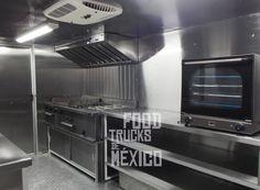Smoked N´Low!! Food Trucks de México.  Paredes interiores en acero inoxidable, con aislante térmico-acústico antiflamable. Piso en aluminio antiderrapante. Mesas de trabajo en acero inoxidable con entrepaños.
