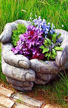 Learn how to make Cement Hand Planters for your garden by watching the quick and easy video tutorial. Hand Planters, Diy Cement Planters, Diy Planters Outdoor, Cement Flower Pots, Cement Art, Cement Crafts, Concrete Garden, Flower Planters, Succulent Planters