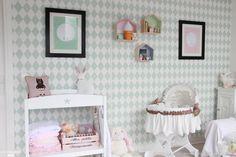 Cette chambre de petite fille est décorée dans un style scandinave.
