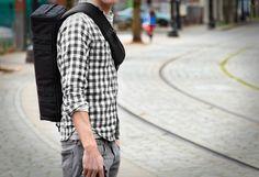 Soyez prêt à dégainer plus rapidement : il n'y a rien de plus ennuyant que de trimbaler un sac volumineux et peu pratique, en particulier lorsque vous vous déplacez à 2 roues. L'Urban Quiver de BlackStone est un sac pour photographe pressé : sa forme est spécialement étudiée pour une praticité optimale lorsqu'il s'agit de ranger ou sortir votre appareil rapidement.