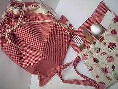 Kit lanche.. <br>- Saco de tecido com cordão para fechar.. <br>- Porta guardanapo e talher <br>tecido 100% algodão.. <br>muito pratico para levar no trabalho.. <br>leve sua marmita ou lanche..
