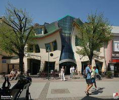"""ねじれた家 ポーランドの観光地ソポトのショッピングセンターにある「Krzywy Domek」(ねじれた家)。 Crooked House Located in the shopping center of the tourist resort of Sopot Poland """" Krzywy Domek """" The ( twisted house ) ."""