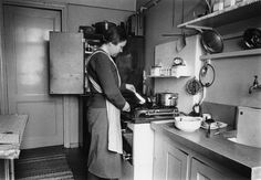 1940 -luku . 1940 -luvun kaupunkilaiskeittiö. Track Lighting, Ceiling Lights, Kitchen, Home Decor, Cooking, Decoration Home, Room Decor, Ceiling Lamp, Kitchens