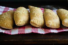 """Πίτες με Κιμά και Μελιτζάνες, """"κράτα"""" το καλοκαίρι στα χέρια σου και απόλαυσέ το… Greek Recipes, Keto Recipes, Cetogenic Diet, No Cook Meals, Bread, Traditional, Snacks, Cooking, Food"""