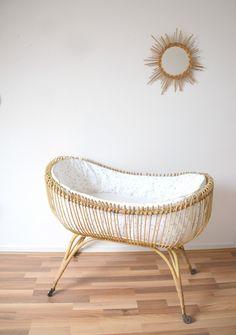 lit bébé en rotin, berceau vintage habillé de la boutique atelierdelachoisille sur Etsy