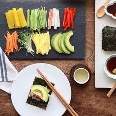 다양한 재료들로 개성있는 초밥을 만들어 먹는 레시피예요. 초대요리와 홈파티, 색다른 도시락으로 활용할 수도 있답니다. 복잡한 조리과정 없이 재료를 다듬기만 하면 근사하게 완성돼요. ...