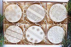 Drevené vianočné ozdoby v boxe, Závesné dekorácie  Sada 18 ks drevených ozdôb na vianočný stromček.  Rozmery: box: 28x19x1,8 cm; vianočne gule: 8x8 cm