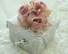 Buque Flor Rosa em Cetim e Organza Nude