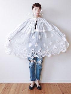 フランスの1900年代初期のお洋服に ダメージ加工のスキニーを合わせました* この お洋服は 神父様がきていたもの。 襟まわりの細かいギャザーも 刺繍 レース も ロマンスが潜んでいるかわいさ です フランスつながりで 靴は レペットにしました  てるてる坊主みたい ですね   こういうブラウスを たくさんきたい2017春