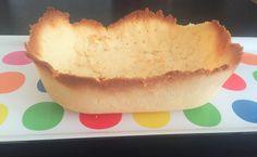 Massa pra Salgados, Empadas e Tortas  100g Manteiga Derretida 1 Ovo 1/2 Xícara de Farinha de Coco 1 Pitada de Sal Adoçante à gosto (se estiver fazendo a versão doce) Preparo: Pré-aqueca o forno a 220 graus. Com um garfo, bata o ovo, a manteiga derretida e o sal. Adicione a farinha de coco e misture. Abra a massa em uma forma untada com manteiga ou óleo de coco e faça furinhos por toda a massa com um garfo. Leve ao forno por 9 minutos.