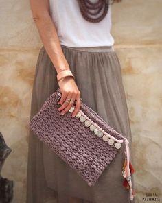 Patrón para hacer tu Clutch de trapillo con monedas | SANTA PAZIENZIA Crochet Wallet, Crochet Clutch, Crochet Fabric, Fabric Yarn, Crochet Purses, Diy Crochet, Crochet Patterns, Diy Clutch, Clutch Bag