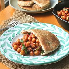 added spinach and trader joes masala sauce. Moroccan Chickpea Pockets- Vegan entree of chickpeas sauteed in garlic, spices, and tomato sauce that makes for a quick healthy snack. Quick Healthy Snacks, Healthy Eating, Healthy Dishes, Healthy Meals, Clean Eating, Vegan Quick Dinner, Vegan Recipes, Cooking Recipes, Vegan Meals