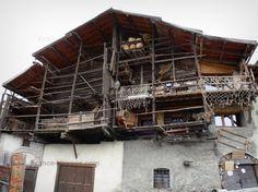 Saint-Véran : Vieille maison traditionnelle à fuste ; dans le Parc Naturel Régional du Queyras