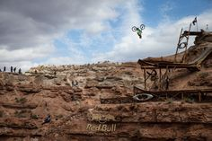 backflip on mountain bike by Cam Zink at Red Bull Rampage – video Ski Freeride, Freeride Mountain Bike, Road Mountain Bike, Pocket Bike, Push Bikes, Mtb Bike, Bmx, Motocross, Bike Parking
