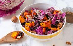 Eine Salatschüssel mit Bulgurlinsen, Hokaidokürbis und Chinakohl – das ölfreie Dressing mit Mandelmus steht schon bereit