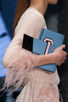 촬영포즈Prada | Spring 2017 Details – The Impression