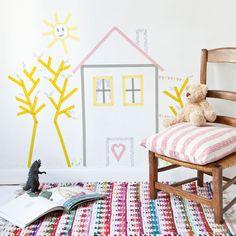 Une déco murale en masking tape / Vous souhaitez offrir à vos enfants une décoration originale sans pour autant vous lancer dans un grand chantier ? Oubliez la peinture et le papier peint, pensez masking tape ! Grâce à ce pas à pas, vous allez pouvoir imaginer un univers doux et coloré ludique à réaliser avec vos bambins, et ce, sans dommage pour les murs de votre maison !