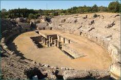 Cuidad  romana de Itálica. La zona arqueológica de la ciudad romana de Itálica, es una de las ciudades romanas mejores conservadas de España. En ella se pueden ver los restos arquitectónicos de  todos los elementos que componían una ciudad romana, anfiteatro, termas, casas, villas, calles, acueducto, etc. Fue fundada entre el año 206-205 a.C. En ella nacieron tres emperadores de roma, Adriano, Trajano y Teodosio. Bien de Interés Cultural Patrimonio Histórico de España.