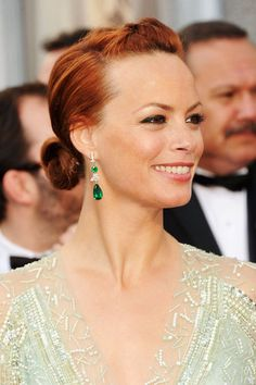 Berenice Bejo in julie hewett annette lipstick at the oscars 2012 Oscar Hairstyles, Celebrity Hairstyles, Cool Hairstyles, Only Fashion, Fashion News, Latest Fashion, Oscars 2012, Red Carpet Hair, Thing 1