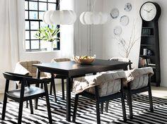 TRANETORP svart utdragbart bord med plats för 4–6 personer med ESBJÖRN svarta stolar med klädsel för stol