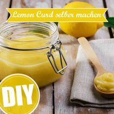 Die fruchtig-säuerliche Creme aus Eiern, Butter, Zucker und natürlich Zitronen schmeckt super auf Toastbrot, zu Keksen oder als Topping einer Tarte.  Hier gibts das Rezept für selbst gemachtes Lemon Curd: