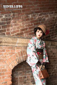 大正ロマン着物 Traditional Kimono, Traditional Fashion, Japanese Geisha, Japanese Kimono, Yukata Kimono, Kimono Top, Modern Kimono, Wedding Kimono, Summer Kimono