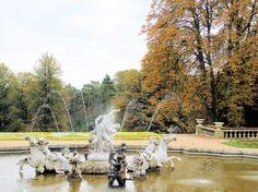 (Photo by © Mike Harris) Ein Foto aus dem Garten der Schlossanlage Waddesdon Manor in der englischen Grafschaft Buckinghamshire. Das Schloss und die Gegend haben wesentlich als Vorlage von Fogs Creek in 'Bittersüßer Morgentau' gedient.