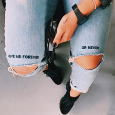 Jeans quotes Embroidery quotes style 5 … Gimmicks and Crafts What is Crafts? Diy Jeans, Painted Jeans, Painted Clothes, Diy Clothing, Custom Clothes, Diy Fashion, Fashion Outfits, Fashion Design, Fashion Closet