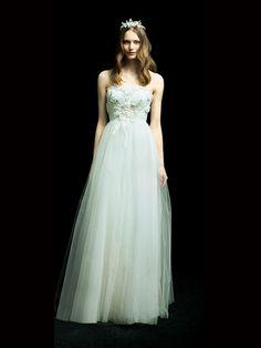 表参道 アクア・グラツィエ グランドサロン (ACQUA GRAZIE) ハイウエストラインできゅっとウエストが絞られ、ラメ入りのチュールスカートがゆるやかに広がる、美シルエットが魅力的。