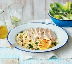Kuřecí prsa potřete olivovým olejem, posypejte špetkou pepře a soli a smažte na rozžhavené grilovací pánvi nebo grilujte na grilu z každé strany 5 minut. Poté dejte maso stranou a udržujte je teplé...