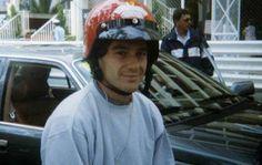 Ayrton Senna de moto nas ruas de Mônaco - Foto de fã. No ano anterior ouve polêmica quando o piloto foi multado por não usar capacete nas ruas de Mônaco, onde morava.