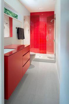 Cuarto de baño con ducha y pared alicatada en rojo