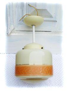 Schöne alte Retrodeckenlampe aus milchigem Glas mit orangfarbenem Motiv.Die Halterung ist aus Kunststoff.  Die Lampe ist,soweit ich das beurteilen kan
