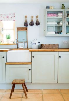 Belfast Sink Ideas For Your Farmhouse Inspired Kitchen - Pretty in Pastel Kitchen Inspirations, Farmhouse Style Kitchen, Timeless Kitchen, Belfast Sink, New Kitchen, Kitchen Style, Retro Kitchen, Home Kitchens, Kitchen Design
