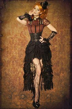 Steampunk rok met tule en kant effect toepassingen en hoge taille. De rok wordt gesloten met een rits. Zijkant Lengte bij maat S ca. 97 cm.