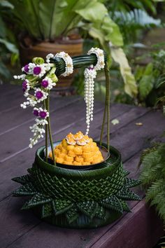 Bridal Decorations, Flower Decorations, Wedding Ceremony Decorations, Thai Dessert, Dessert Drinks, Dessert Recipes, Floral Garland, Flower Garlands, Traditional Thai Food