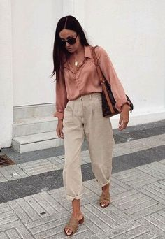15 Lovely Chic Spring Outfits Women for Work - - Any trending style this season from the white shirts, professional suits, to oversized blazers are ready to be mixed and matched to enhance your appearances to the work. Spring Outfit Women, Spring Work Outfits, Spring Summer Fashion, Korean Spring Outfits, Chic Summer Outfits, Cute Work Outfits, Casual Chic Summer, Work Casual, Mode Outfits