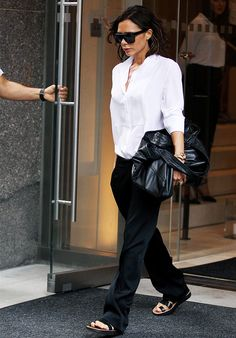 Victoria Beckham Style: 29 Looks Anyone Can Copy Mode Victoria Beckham, Victoria Beckham Outfits, Moda Zara, Zara Fashion, Fashion Outfits, Fashion Trends, Jeans Fashion, Style Fashion, High Fashion