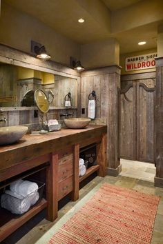 Badezimmer einrichten im westlichen Landhausstil-rustikale Möbel und Türen