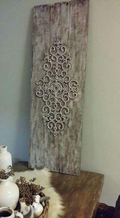 Ik wilde graag een oud louvredeurtje als decoratie achter op de eettafel tegen de muur hebben, maar die dingen zijn best prijzig... dus ik heb van een paar oude planken, een rubberen deurmat, muurvuller en verf een paneel gemaakt. Stiekem vind ik dit nog mooier dan een louvre deurtje