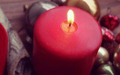 #Adventskranz Für weihnachtliche Stimmung in jedem Zimmer kannst Du ein paar Kugeln, Zweige, Zapfen, Holz und was Du sonst noch so findest auf Fensterbretter und Tische legen. Das geht ganz schnell und mit ein paar Kerzen verbreitet sich bald die Weihnachtsmagie in deinen Räumen.   #DIY #Advent #Calendar #Decoration #Candle fir cone #Basteln #Dekoration #Weihnachten
