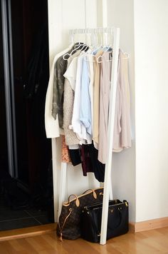 corner stand up clothes rack for small living spaces/ ook een goed idee als kapstok in een kleine hal