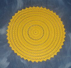 Sousplat de crochê redondo confeccionado com linha Anne cor 1317 (amarelo gema)