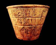 """La clepsidra, llamada por los antiguos egipcios """"el que dice la hora"""" consistía en un vaso hecho de distintos materiales con un agujero en la base, por donde escapaba lentamente el agua. En su interior había doce columnas separadas por once marcas que determinaban el tiempo transcurrido durante su vaciado en cada uno de los meses egipcios y el exterior se decoraba con motivos divinos relacionados con los meses, los astros, etc.. En el exterior estaba decorada con motivos astronómicos…"""