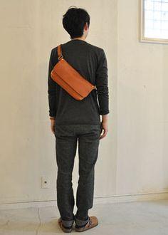 ボディバッグ Sアンバー着用 Leather Fanny Pack, Leather Pouch, Leather Shoulder Bag, Leather Men, Leather Bags Handmade, Leather Craft, Look Fashion, Fashion Bags, Belt Pouch