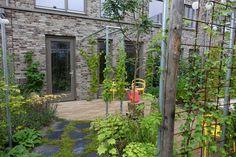 In het stedelijk gebied hebben twee buren tuinparadijsjes laten maken door Snoek. Het leuke is dat deze families geïnspireerd werden door elkaars tuinontwerpen! Wensen van de beide familie waren een biodiverse tuin, die onderhoudsvriendelijk is. De klant had gedacht dat er in een kleine stadstuin niet zoveel mogelijk was, maar gelukkig konden we het tegendeel bewijzen. Eindhoven, Outdoor Structures, World, Garden, Winter Outfits, Blog, Decor, Ideas, Fashion