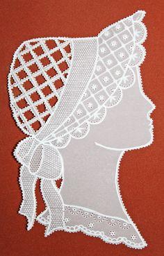 Profil de femme à la coiffe ajourée