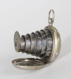 Après la montre à gousset, l'appareil photo... Parfait pour les détectives privés ! 1893 #photographie #photography