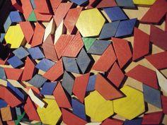 Leg med klodser på Eksploratorium i blå, gul, rød og grøn, som kan give flotte mønstre
