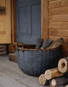 Home/Deko/Heimwerkern Love the dark soldier blue grey and the wood tones. Rustic Baskets, Old Baskets, Wicker Baskets, Painted Baskets, Painted Wicker, Woven Baskets, Wicker Purse, Vintage Baskets, Country Decor